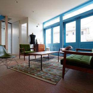 他の地域の小さいエクレクティックスタイルのおしゃれなLDK (白い壁、無垢フローリング、茶色い床、据え置き型テレビ) の写真