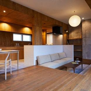 他の地域の中サイズのモダンスタイルのおしゃれなLDK (茶色い壁、濃色無垢フローリング、暖炉なし、据え置き型テレビ、茶色い床) の写真