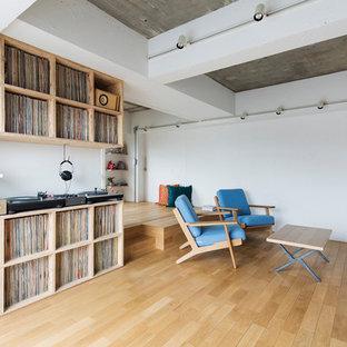 Idées Déco Pour Un Salon Moderne Avec Un Mur Blanc, Un Sol En Bois Brun