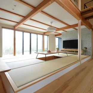 他の地域のアジアンスタイルのおしゃれなLDK (白い壁、畳、据え置き型テレビ、緑の床) の写真