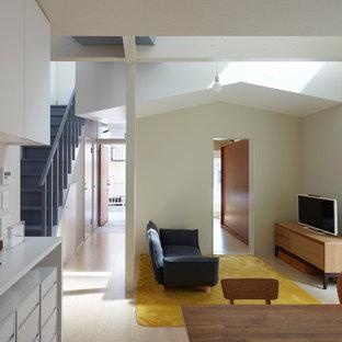 他の地域のコンテンポラリースタイルのおしゃれなLDK (白い壁、据え置き型テレビ、マルチカラーの床) の写真