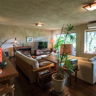 他の地域のエクレクティックスタイルのおしゃれなリビング (グレーの壁、濃色無垢フローリング、据え置き型テレビ、茶色い床) の写真