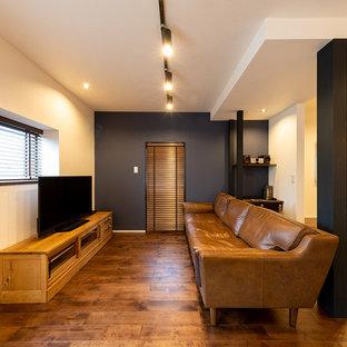 他の地域のミッドセンチュリースタイルのおしゃれなリビング (マルチカラーの壁、濃色無垢フローリング、茶色い床) の写真