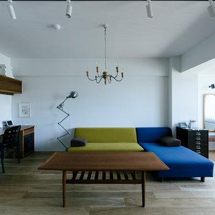 他の地域の北欧スタイルのおしゃれなLDK (白い壁、淡色無垢フローリング、暖炉なし、埋込式メディアウォール、茶色い床) の写真