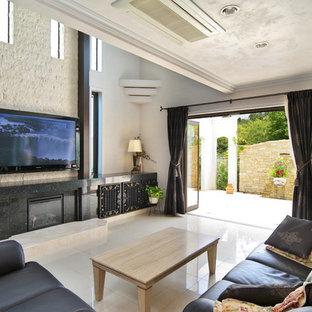 他の地域のヴィクトリアン調のおしゃれなリビング (白い壁、大理石の床、壁掛け型テレビ、白い床) の写真