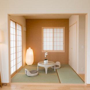 Immagine di un piccolo soggiorno etnico chiuso con sala formale, pareti arancioni, pavimento in tatami, nessun camino e nessuna TV