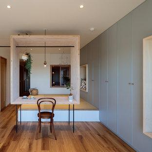 他の地域の小さいコンテンポラリースタイルのおしゃれなLDK (グレーの壁、合板フローリング、茶色い床) の写真