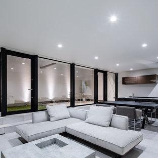 他の地域の大きいコンテンポラリースタイルのおしゃれなLDK (白い壁、グレーの床) の写真