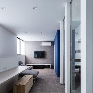 他の地域のコンテンポラリースタイルのおしゃれなリビング (マルチカラーの壁、グレーの床) の写真