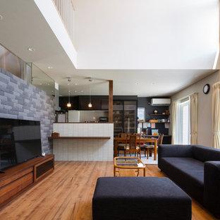 他の地域の広いモダンスタイルのおしゃれなLDK (白い壁、無垢フローリング、据え置き型テレビ、茶色い床) の写真