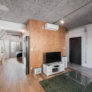 東京23区の中くらいのコンテンポラリースタイルのおしゃれなリビング (白い壁、合板フローリング、据え置き型テレビ、茶色い床) の写真