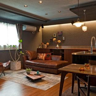 他の地域のコンテンポラリースタイルのおしゃれなリビング (茶色い壁、無垢フローリング、茶色い床) の写真