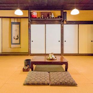 Esempio di un soggiorno etnico con pareti beige, pavimento in tatami e pavimento marrone