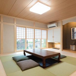 他の地域のアジアンスタイルのおしゃれなリビング (グレーの壁、淡色無垢フローリング、茶色い床) の写真