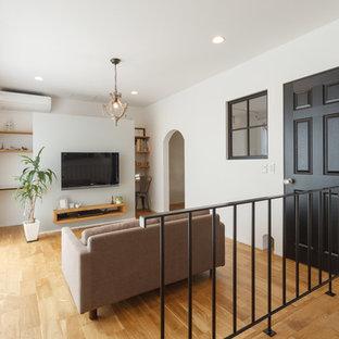 他の地域のトランジショナルスタイルのおしゃれなLDK (白い壁、無垢フローリング、据え置き型テレビ、茶色い床) の写真