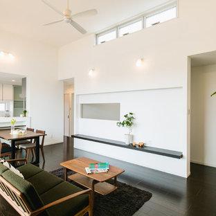 他の地域のコンテンポラリースタイルのおしゃれなLDK (白い壁、濃色無垢フローリング、暖炉なし、テレビなし、茶色い床) の写真