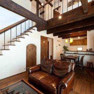 福岡の小さい地中海スタイルのおしゃれなLDK (白い壁、濃色無垢フローリング、暖炉なし、壁掛け型テレビ、茶色い床) の写真