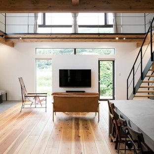 他の地域のアジアンスタイルのおしゃれなLDK (白い壁、無垢フローリング、壁掛け型テレビ、茶色い床) の写真