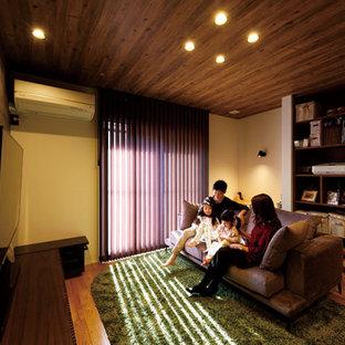 Immagine di un piccolo soggiorno moderno aperto con sala formale, pareti beige, pavimento in legno massello medio, TV a parete, pavimento marrone, soffitto in carta da parati e carta da parati
