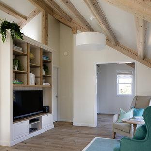 他の地域のカントリー風おしゃれなリビング (白い壁、無垢フローリング、据え置き型テレビ、茶色い床) の写真