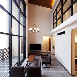 福岡のコンテンポラリースタイルのおしゃれなリビング (白い壁、コンクリートの床、据え置き型テレビ、グレーの床) の写真