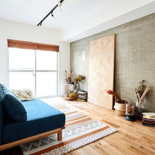 他の地域のインダストリアルスタイルのおしゃれなLDK (グレーの壁、無垢フローリング、ベージュの床) の写真