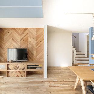 大阪のアジアンスタイルのおしゃれなLDK (白い壁、無垢フローリング、暖炉なし、据え置き型テレビ、茶色い床) の写真