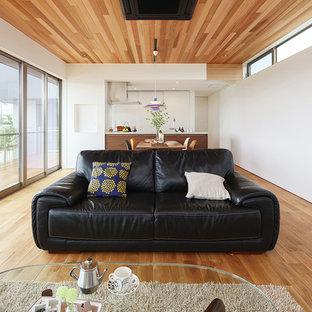 他の地域のモダンスタイルのリビング・居間の画像 (白い壁、無垢フローリング、茶色い床、LDK)