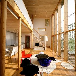 他の地域の中くらいのアジアンスタイルのおしゃれなLDK (白い壁、無垢フローリング、据え置き型テレビ、ベージュの床) の写真