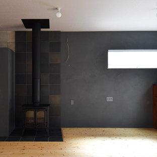 Diseño de salón abierto, de estilo americano, grande, con paredes verdes, suelo de madera clara, estufa de leña, marco de chimenea de baldosas y/o azulejos y suelo beige