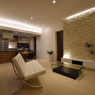 他の地域のモダンスタイルのおしゃれなLDK (白い壁、合板フローリング、暖炉なし、据え置き型テレビ、白い床) の写真