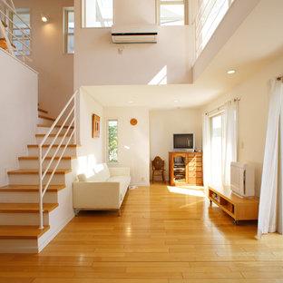 他の地域のアジアンスタイルのおしゃれなリビング (白い壁、無垢フローリング、茶色い床) の写真