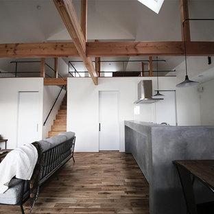 名古屋のインダストリアルスタイルのおしゃれなLDK (白い壁、無垢フローリング、据え置き型テレビ、茶色い床) の写真