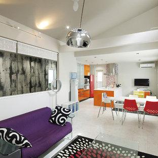 他の地域のコンテンポラリースタイルのおしゃれなLDK (白い壁、大理石の床、壁掛け型テレビ、白い床) の写真