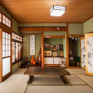 他の地域のアジアンスタイルのおしゃれな独立型リビング (フォーマル、緑の壁、畳、暖炉なし、テレビなし、ベージュの床) の写真