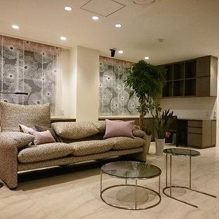 他の地域のトランジショナルスタイルのおしゃれなLDK (白い壁、ベージュの床) の写真