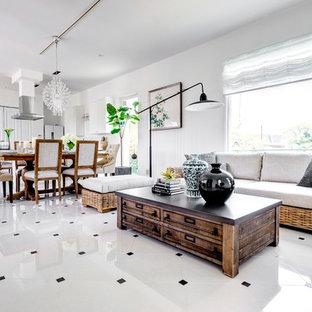 Esempio di un soggiorno tropicale con pareti bianche, pavimento in marmo e pavimento bianco