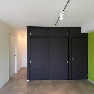 Foto di un soggiorno minimalista di medie dimensioni e aperto con sala formale, pareti multicolore, pavimento in vinile, nessun camino, nessuna TV e pavimento multicolore