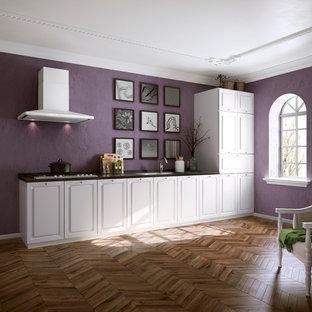 他の地域のヴィクトリアン調のおしゃれなリビング (紫の壁、無垢フローリング) の写真