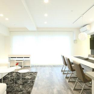 札幌のモダンスタイルのおしゃれなLDK (白い壁、塗装フローリング、壁掛け型テレビ、グレーの床) の写真