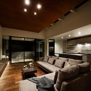 Exempel på ett modernt separat vardagsrum, med vita väggar, plywoodgolv och brunt golv