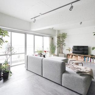東京23区のインダストリアルスタイルのおしゃれなリビング (白い壁、コンクリートの床、据え置き型テレビ、グレーの床) の写真