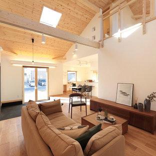 他の地域のカントリー風おしゃれなLDK (フォーマル、白い壁、無垢フローリング、暖炉なし、茶色い床) の写真