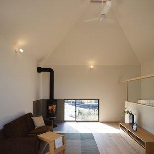 他の地域の北欧スタイルのおしゃれなリビング (白い壁、無垢フローリング、ベージュの床) の写真