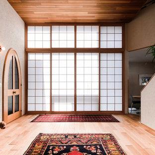 札幌の和風のおしゃれなリビング (茶色い壁、淡色無垢フローリング、ベージュの床) の写真