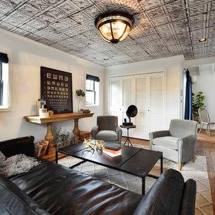 他の地域のトランジショナルスタイルのおしゃれなリビング (白い壁、無垢フローリング、茶色い床) の写真