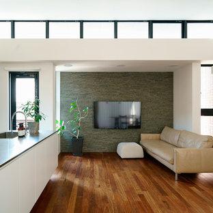 名古屋のコンテンポラリースタイルのおしゃれなLDK (マルチカラーの壁、無垢フローリング、壁掛け型テレビ、茶色い床) の写真