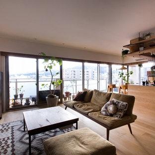 Diseño de salón abierto, de estilo zen, de tamaño medio, con paredes blancas, televisor independiente, suelo de madera en tonos medios y suelo beige