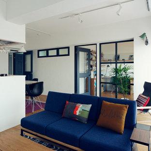 Idee per un soggiorno scandinavo aperto con pareti bianche e parquet chiaro