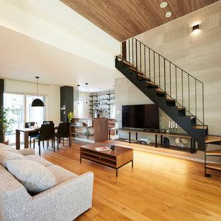他の地域の中サイズのモダンスタイルのおしゃれなLDK (グレーの壁、淡色無垢フローリング、暖炉なし、据え置き型テレビ、ベージュの床) の写真
